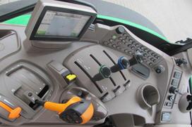 Console destra della cabina ComfortView™ (in figura: trasmissione AutoQuad™)