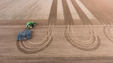 La possibilità di eseguire svolte a mani libere a fine campo riduce il compattamento del terreno per una crescita uniforme del raccolto.
