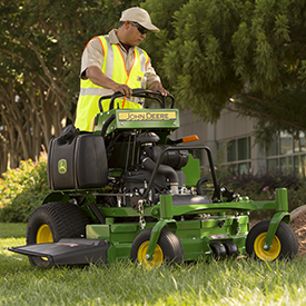 652R QuikTrak™ Mower mowing