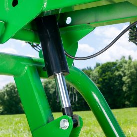 Hydraulics allow adjustments from tractor seat
