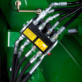 Single-point hydraulic connection on row-crop tractor (closed)
