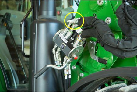 Hydraulic shut-off valve on R-Series Loader