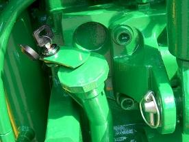 Lockable transmission oil filler cap