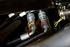 Maak de hydraulische leidingen los