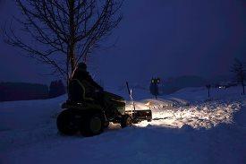 Tractor uit X500-serie verplaatst sneeuw met het voorblad