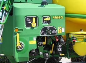 Rozvržení místa obsluhy u M900 se snadno ovladatelným ručním řízením ventilů
