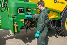 Rozvržení místa obsluhy u M900 s ručními ventily a přesným automatickým plněním
