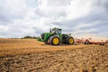 Traktory řady 9R nabízí litá kola s různými rozměry pneumatik