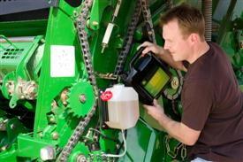 Zbiornik oleju o dużej pojemności wyklucza konieczność częstego uzupełniania