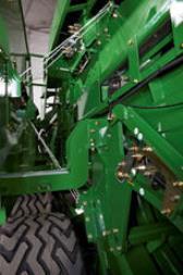 Magazyn sznurka można odchylić po obu stronach, aby uzyskać lepszy dostęp do podzespołów maszyny, 500 mm (19.7 in) miejsca przy największym odchyleniu