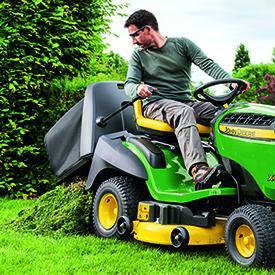 Aby wysypać trawę, kosz 300 l (8,5-bu) należy podnieść