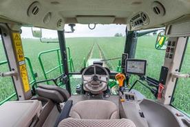 Przestronna kabina zapewnia doskonałą widoczność w polu i na drodze