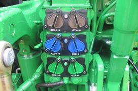 3334 – Trzy mechanicznie sterowane gniazda hydrauliki – dwa wysokiej klasy i jedno standardowe