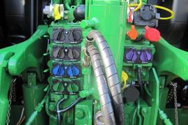 3351 – Pięć elektronicznie sterowanych gniazd hydrauliki – wysokiej klasy