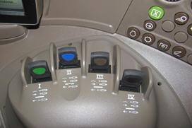 Elementy sterowania elektronicznym gniazdem hydrauliki (E-SCV) na konsoli prawostronnej
