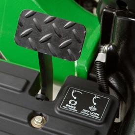 Dźwignia hamulca nożnego jest zintegrowana z blokadą mechanizmu różnicowego