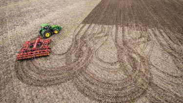 Możliwość zawracania na uwrociach bez użycia rąk ogranicza ugniatanie gleby, zapewniając jednorodny wzrost upraw.