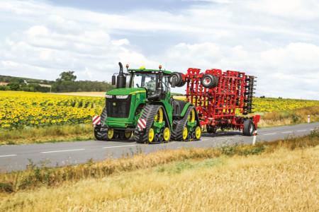 Układ kierowniczy ciągnika ActiveCommand Steering zapewnia doskonałe prowadzenie zprędkością transportową