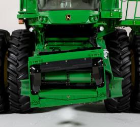 S690 equipada com alimentador de inclinação lateral