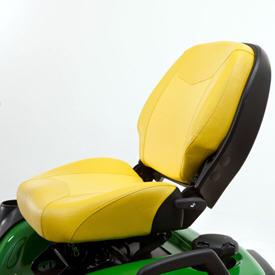 O assento tem um encosto reclinável conveniente