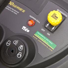 Luz indicadora de recolhedor cheio no painel de instrumentos do trator