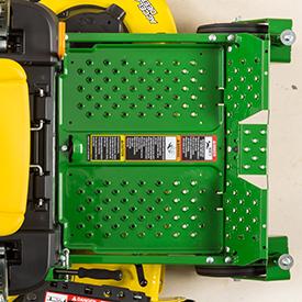 É fácil retirar o apoio de pés para ter acesso à plataforma de corte (mostra-se o modelo Z335E)