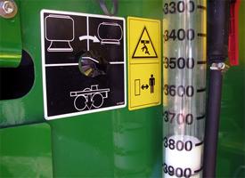 Esvazie a suspensão pneumática para o transporte seguro da máquina num camião