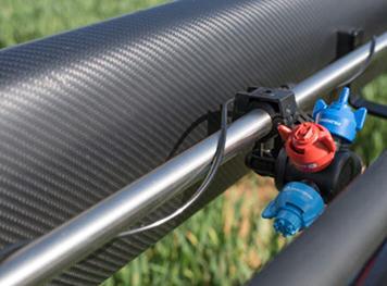 Bocais de pulverização localizados por trás da barra e com proteções de alumínio para evitar danos
