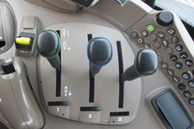 Controlos de VTC-M na consola do lado direito