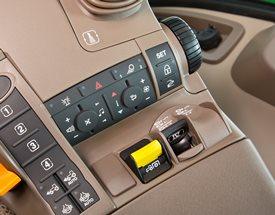 Controlos para o rádio, o sistema HVAC, as luzes de aviso e a TDF