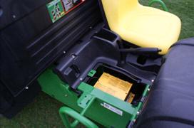 Carregador de bateria situado debaixo do assento do acompanhante