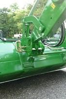 Отсоедините агрегатируемое орудие (2)