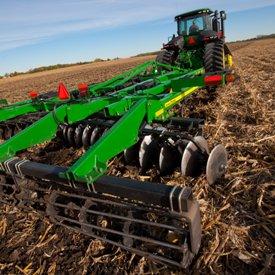 Заделка пожнивных остатков кукурузы с помощью дискового глубокорыхлителя модели 2720