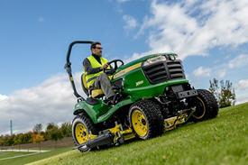X949-traktor som klipper med 152 cm HC-klippdäck