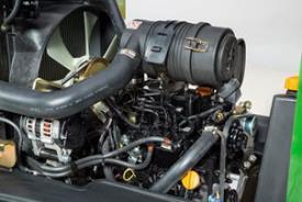 Motorn sedd från maskinens vänstra sida