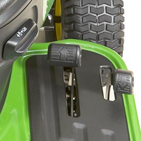 Spak för farthållare och pedaler för hastighetsstyrning