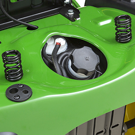 Sätet kan fällas upp för enkel åtkomst till öppningen för bränslepåfyllning