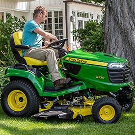 Traktor som klipper med 48A klippdäck