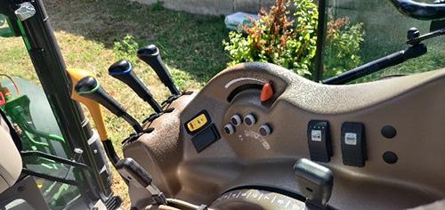 Höger reglagekonsol med ny utformning på 5GN-traktor