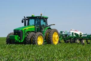 Tractor 8R con Starfire™ 3000 en el campo