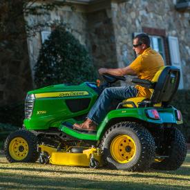 Tractor X739 cortando con plataforma de corte de alta capacidad de 137 cm (54 in)