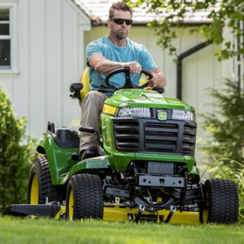 Tractor X730 con plataforma de corte 48A