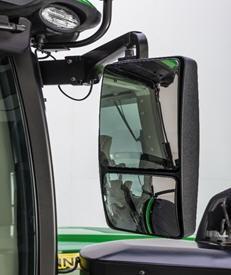 Se muestra el espejo del lado derecho en un tractor de la serie 8RT