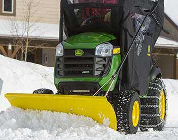 El tractor de la serie 100 incluye una hoja frontal, un compartimiento contra la intemperie y cadenas