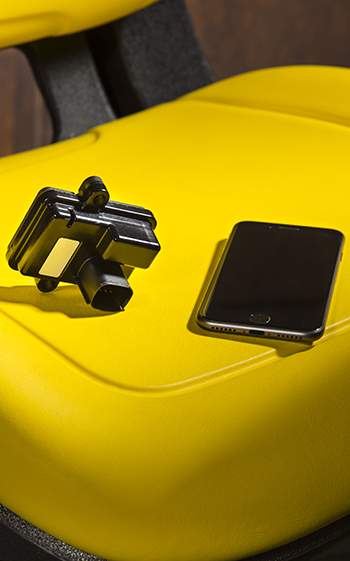 Conector inteligente deluxe MowerPlus™ con un teléfono