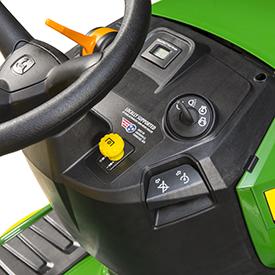 Volante y controles en el modelo S130