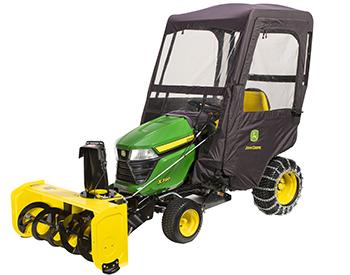El tractor de la serie X300 incluye un soplador de nieve, un compartimiento contra la intemperie y cadenas