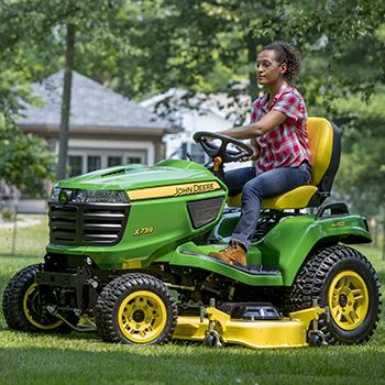 Tractor X739 cortando con una plataforma de corte HC de 137cm (54in.)