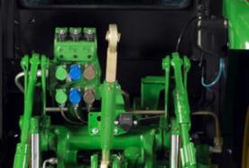 Depósito del lavaparabrisas (derecha de las válvulas de control selectivo (VCS)).