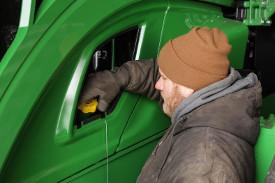 Ubicación del punto de comprobación/llenado del aceite motor